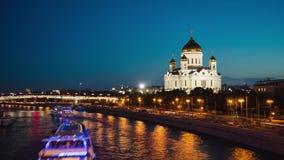 Moskou, RUSLAND - SEPTEMBER 30, Timelapse van de rivierdijk van Moskou en Kathedraal van Christus de Verlosser, Moskou, Rusland stock video