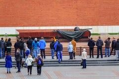 Moskou, Rusland - September 30, 2018: Toeristen dichtbij Eeuwige Vlam bij Graf van Onbekende Militair in Aleksandrovskiy-Tuin in  stock afbeelding