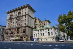 Moskou, Rusland, 01 September, 2018 Moskou, Zemlyanoy Val, 39/1 bouw 1 - een woningbouw; bouwend 2 - het huis van t royalty-vrije stock afbeelding