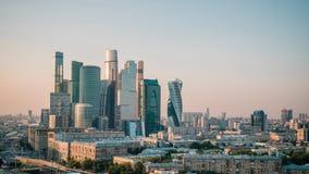 MOSKOU, RUSLAND - SEPTEMBER 30, Moskou: Zonsondergang die zogenaamde Timelapse van commerciële stad in Moskou vestigen, Moskou stock videobeelden