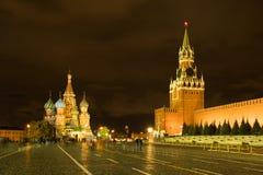 Moskou, Rusland Spasskayatoren van Moskou het Kremlin en St Basilicum ` royalty-vrije stock foto