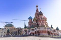 Moskou, Rusland, St Basil& x27; s Kathedraal en de Muren en de Toren van het Kremlin Stock Fotografie