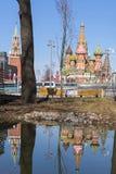 Moskou, Rusland, St Basil& x27; s Kathedraal en waterbezinning en Kr Royalty-vrije Stock Foto's
