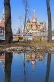 Moskou, Rusland, St Basil& x27; s Kathedraal en waterbezinning en Kr Stock Afbeeldingen