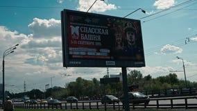 Moskou, Rusland 15 van Mei 2015: Banner met advertentie van het festival van Moskou van militaire bandmuziek Spasskaya Bashnya stock videobeelden