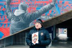 Moskou, Russische Federatie 27 Januari, 2018: De Russische fan Dmitry Bugrov leidt een excursie rond het stadion van CSKA op de b Royalty-vrije Stock Afbeelding