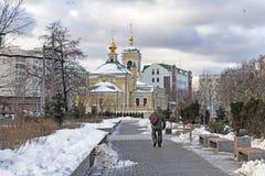 Moskou, Russische Federatie - 21 Januari, 2017: Gevestigd in Transfiguratie Vierkante mening van Kerk van aangrenzende tuin Stock Afbeelding
