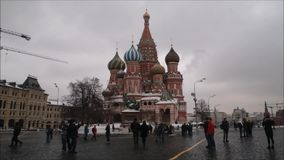 Moskou, Russische Federatie - 28 Januari, 2017: Het Kremlin: De mensen genieten van het leven in Rood Vierkant in een bewolkte de stock video