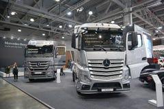 MOSKOU, 5 SEP, 2017: Mening over de zilveren tentoongestelde voorwerpen van vrachtwagensmercedes-benz actros op Commercieel Vervo Stock Fotografie