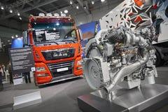 MOSKOU, 5 SEP, 2017: Mening over rode MENSENvrachtwagen en diesel vrachtwagenmotor - tentoongestelde voorwerpen op Commercieel Ve Stock Fotografie