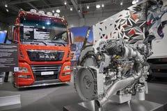 MOSKOU, 5 SEP, 2017: Mening over rode MENSENvrachtwagen en diesel vrachtwagenmotor - tentoongestelde voorwerpen op Commercieel Ve Stock Afbeelding