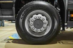MOSKOU, 5 SEP, 2017: Sluit omhoog mening over Volvo-wielen en banden van de vrachtwagen de de vooras De rand van het vrachtwagenw stock afbeeldingen