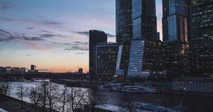 Moskou-stad commercieel centrum bij avond stock videobeelden