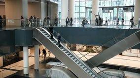 Moskou - stads Commerciële centrumgebouwen zaal van het commerciële centrum de mensen berijden op een roltrap stock videobeelden