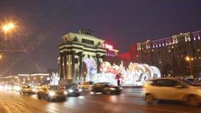 Moskou van het nieuwe jaar, Kutuzovsky Prospekt, nachtverkeer stock footage