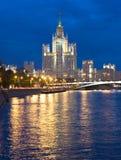 Moskou, wolkenkrabber bij nacht Stock Foto