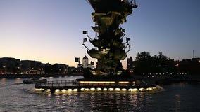 Moskow Moskva flodinvallning och Piteren den törstade monumentet, Ryssland på natten arkivfilmer