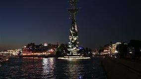 Moskow Moskva flodinvallning och Piteren den törstade monumentet, Ryssland på natten stock video
