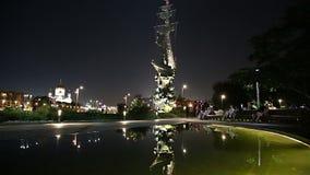 Moskow Moskva flodinvallning och Piteren den törstade monumentet, Ryssland på natten lager videofilmer