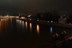 从Moskva河和堤防的夜莫斯科 免版税库存图片