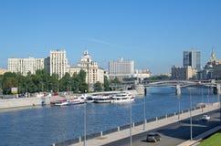 Moskva河,莫斯科,俄罗斯的Berezhkovskaya和Rostovskaya堤防 免版税库存图片