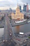 Moskva河, Novoarbatsky桥梁,旅馆乌克兰 库存照片