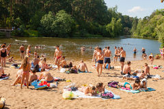 休息和游泳在Moskva河海滩的人们 库存图片