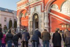 MOSKVA - APRIL 11, 2015: församlingsboer som väntar på ortodox präst t Royaltyfri Bild