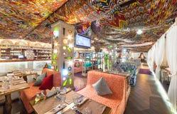 MOSKVA - AUGUSTI 2014: Östlig restaurang för inre Chaihana vardagsrum i en traditionell stil Den huvudsakliga korridoren med färg Royaltyfri Bild