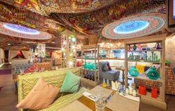 MOSKVA - AUGUSTI 2014: Östlig restaurang för inre Chaihana vardagsrum i en traditionell stil Den huvudsakliga korridoren med färg Arkivfoton