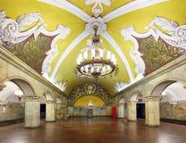MOSKVA - AUGUSTI 8, 2018: Drev på tunnelbanastationen Komsomolskay royaltyfri foto