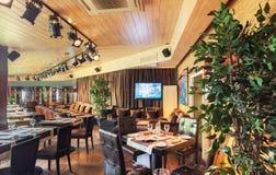 MOSKVA - AUGUSTI 2014: Inre är den lyxiga och fina äta middag restaurangen Arkivbilder