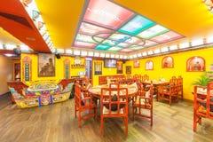 MOSKVA - AUGUSTI 2014: Inre av den tibetana kokkonsten för restaurang indiern och och dekoreras i etnisk stil Royaltyfria Foton