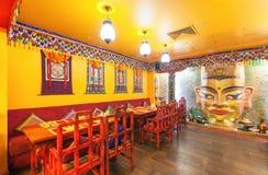 MOSKVA - AUGUSTI 2014: Inre av restaurangindiern och den tibetana kokkonsten Arkivfoto
