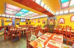 MOSKVA - AUGUSTI 2014: Inre av restaurangindiern och den tibetana kokkonsten Royaltyfri Bild