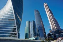 MOSKVA - AUGUSTI 10, 2017: Sikt för låg vinkel av Moskva-stad skyskrapor Är den internationella affärsmitten för Moskva ett moder Royaltyfria Bilder