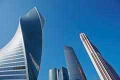 MOSKVA - AUGUSTI 10, 2017: Sikt för låg vinkel av Moskva-stad skyskrapor Är den internationella affärsmitten för Moskva ett moder Arkivbilder