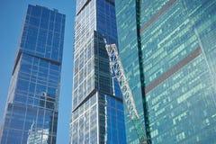 MOSKVA - AUGUSTI 10, 2017: Sikt för låg vinkel av Moskva-stad skyskrapor Är den internationella affärsmitten för Moskva ett moder Fotografering för Bildbyråer