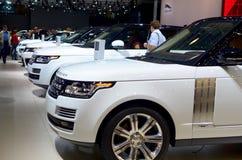 MOSKVA - 29 08 2014 - Av-väg för internationell salong för bil för bilutställningMoskva som vita medel i rad står Arkivbild
