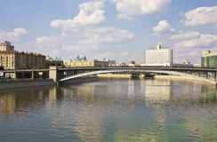 Moskva, byggande av den ryska regeringen (det vita huset) och bro Royaltyfria Bilder