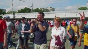 MOSKVA - CIRCA JULI, 2018: Fotbollsfan av olika länder går till stadion att se matchen arkivfilmer