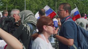 Moskva - Circa Juli, 2018: Kamerabesättningen av den arabiska TV-kanal gör videoen av fotbollsfan nära Luzhniki stadion arkivfilmer