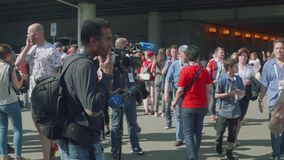 Moskva - Circa Juli, 2018: Sikt av kamerabesättningen som är klar att intervjua fotbollsfan stock video