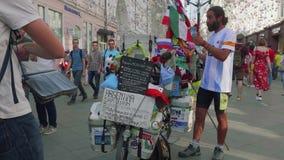 MOSKVA - CIRCA JUNI, 2018: Fläkta från Argentina som kom till Ryssland med cykeln poserar och låter folk göra bilder av honom arkivfilmer