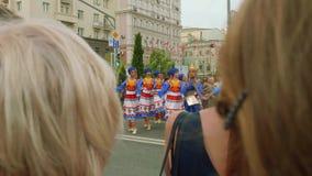 Moskva - Circa September, 2018: Folket i trevliga dräkter dansar i gatan som roar folk i stad på stadsdag arkivfilmer
