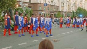 Moskva - Circa September, 2018: Folket i trevliga dräkter dansar i gatan som roar folk i stad på stadsdag stock video