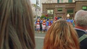 Moskva - Circa September, 2018: Folket i trevliga dräkter dansar i gatan som roar folk i stad på stadsdag lager videofilmer