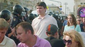 MOSKVA - CIRCA SEPTEMBER, 2018: Polistrupp på assistenten under demonstration på den Pushkinskaya fyrkanten arkivfilmer