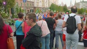 Moskva - Circa September, 2018: Ungdomardans i gatan som roar folk på stadsdag i Moskva lager videofilmer