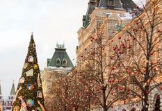 MOSKVA - December 10 2016: Julgranen nära byggnad av GUMMItillståndsuniversalen shoppar på röd fyrkant Royaltyfria Bilder